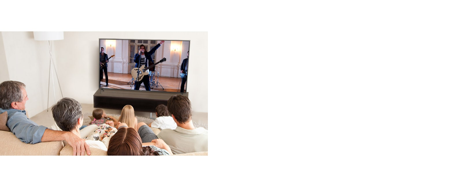 أسرة تتكون من سبعة أفراد تجمعوا في غرفة المعيشة لمشاهدة أحد الأفلام. شاشة تلفزيونية تظهر فرقة خلال أدائها أحد العروض.