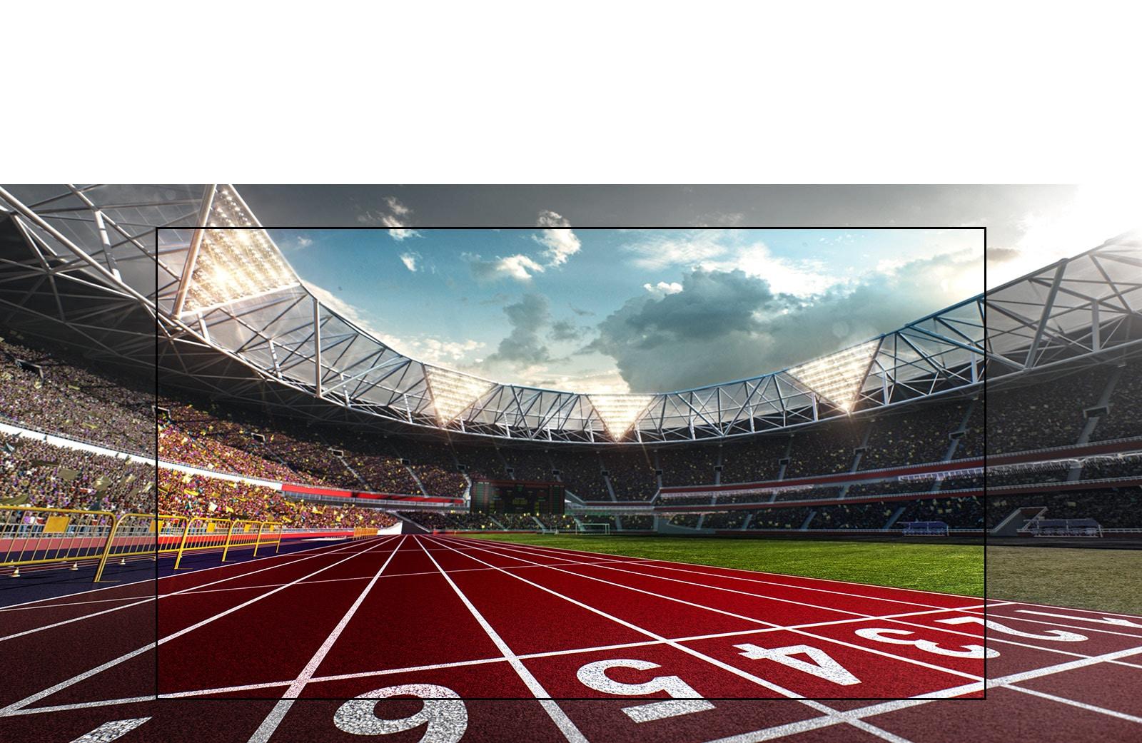 شاشة تلفزيون تعرض استادً مع رؤية مقربة لمسار الجري. الاستاد مليء بالمتفرجين.