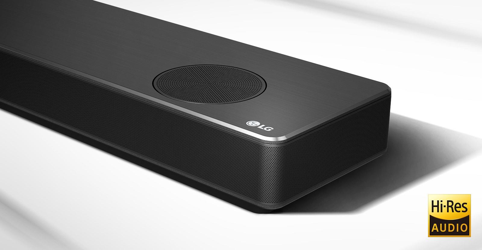 Videovorschau, welche eine LG Sound Bar in einem weißen Wohnzimmer sowie die 7.1.4-Kanal-Einrichtung zeigt.