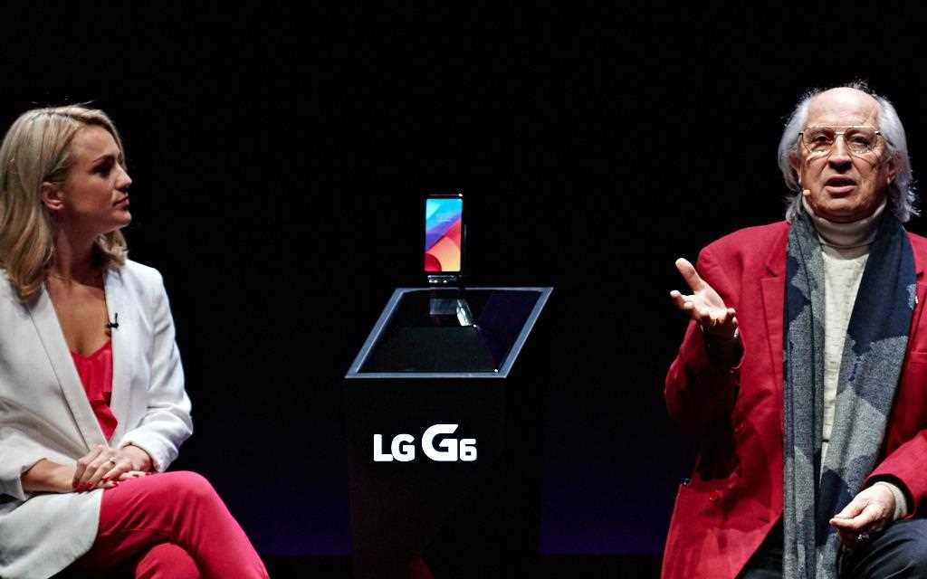 An image of two presenters introducing new lg g6 smartphone to the crowd at barcelona mwc 2017