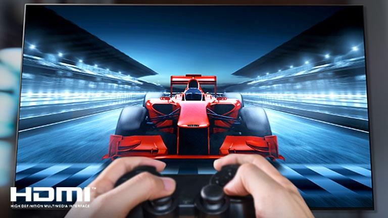 Снимка в близък план на геймър, който играе състезателна игра на телевизионен екран