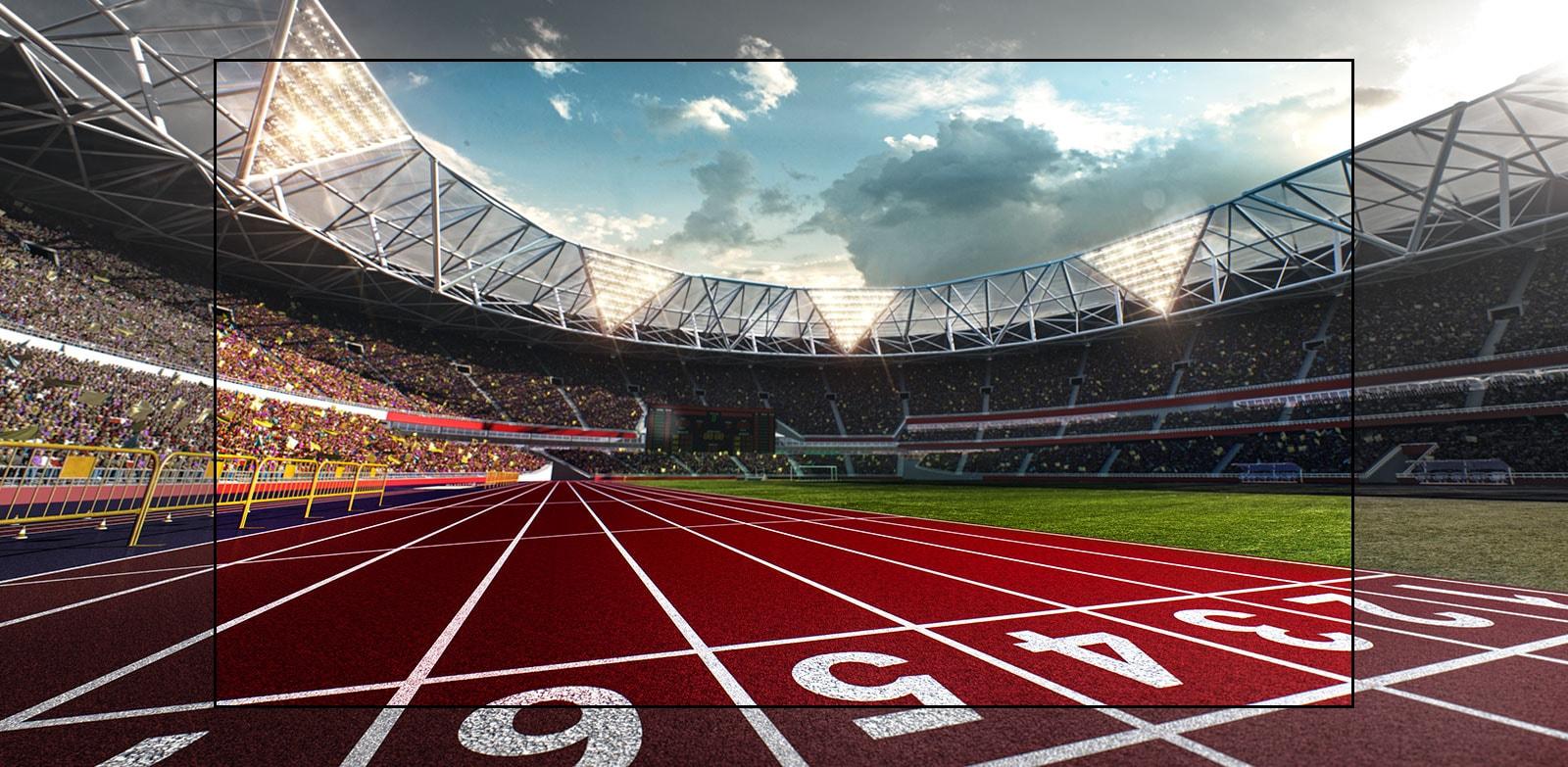Экран телевизора с изображением стадиона с крупным планом беговой дорожки. Стадион полон зрителей.