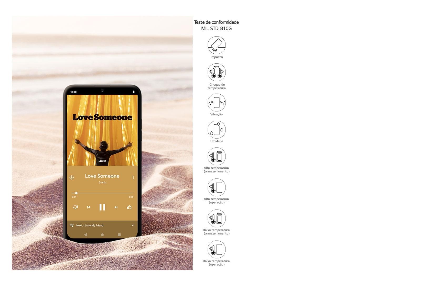 Smartphone tocando música no meio do deserto