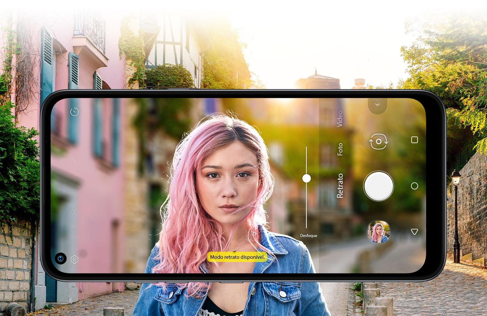 Mulher tirando uma selfie com a rua ao fundo