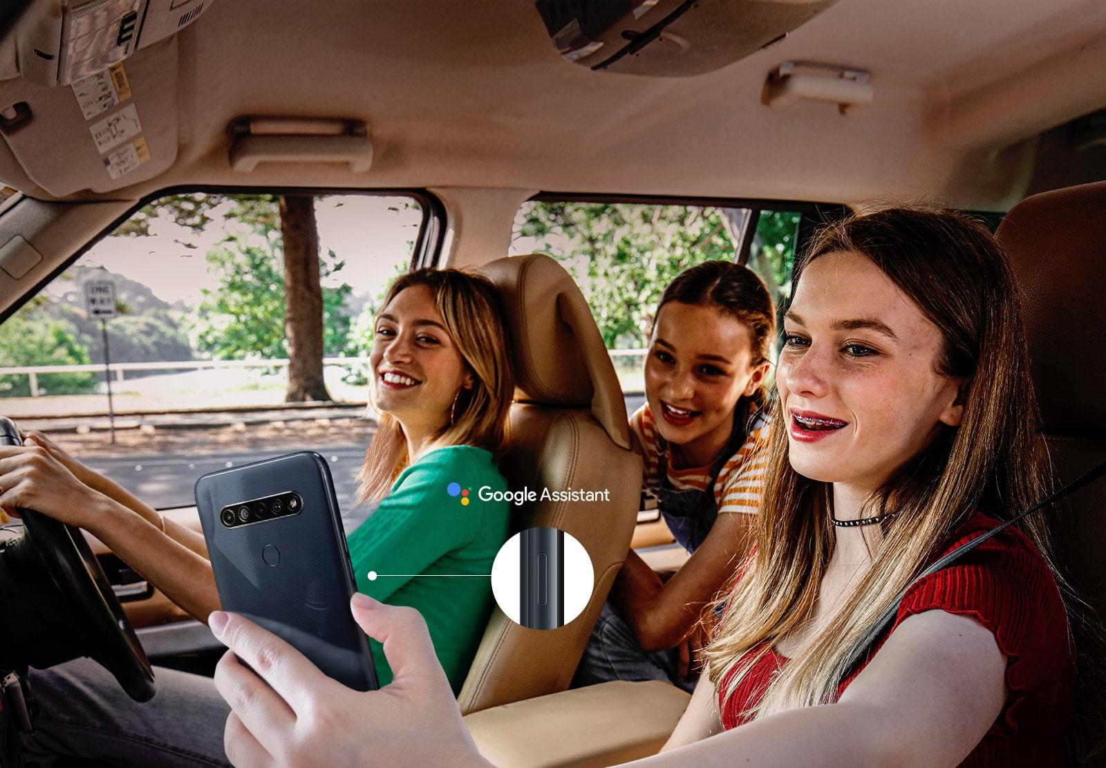 Mulher usando a função Google Assistente do smartphone para pesquisar enquanto está dentro do carro