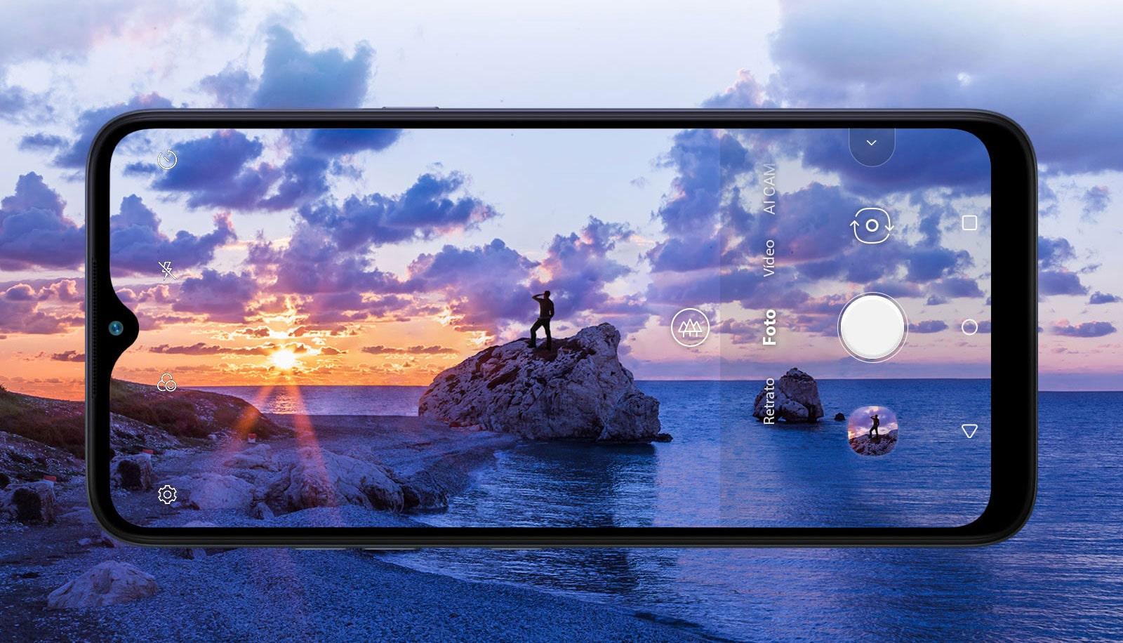Smartphone fotografando um homem que contempla a praia ao entardecer.