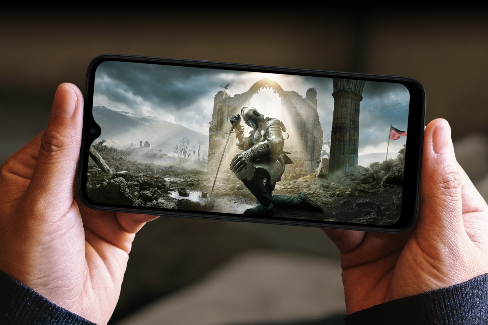 Mulher segurando um smartphone com as duas mãos e assistindo a um filme medieval