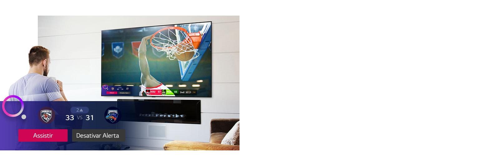 Tela de TV mostrando uma cena de um jogo de basquete com o Sports Alert na tela