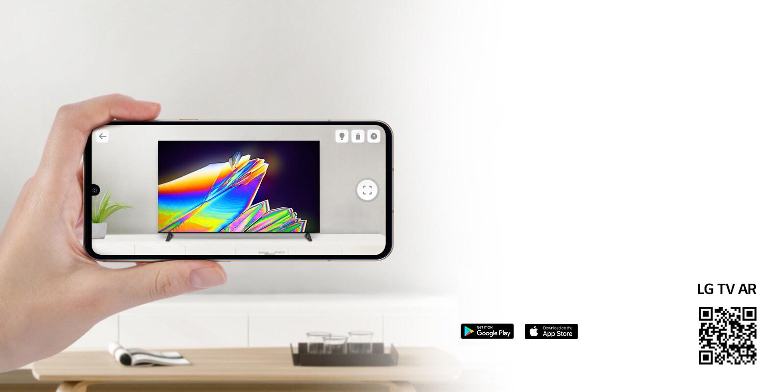 Une personne utilisant l'application TVAR DE LG sur un téléphone et un code QR qui renvoie à TVAR DE LG (http://www.lgtvism.com/lgtvar)