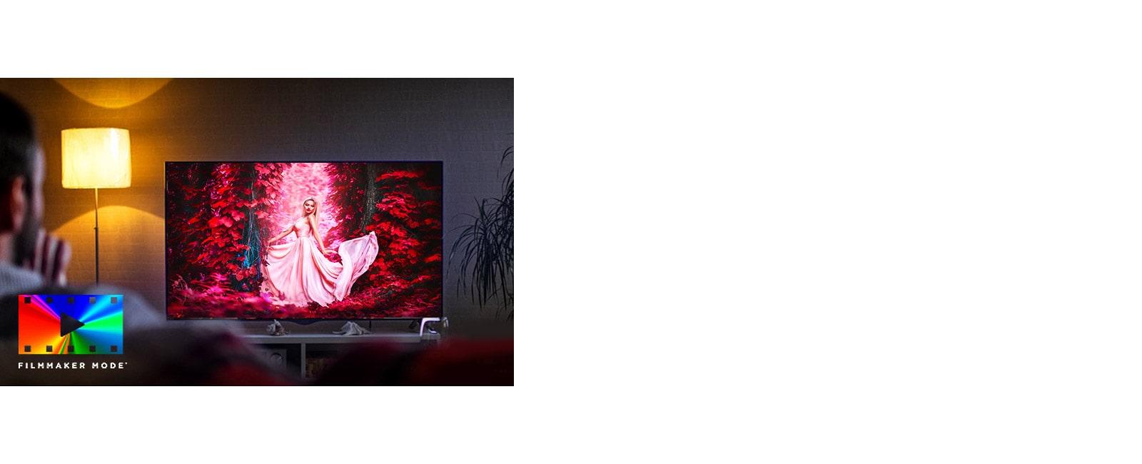 Un homme assis sur un canapé dans le salon avec le film coloré sur l'écran du téléviseur