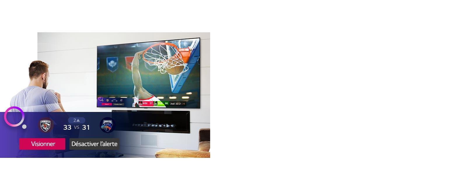 Un écran de télévision montrant une scène d'un match de basket-ball avec une alerte sportive