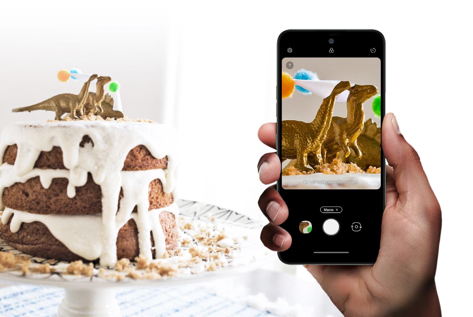Un smartphone fotografiando una torta.