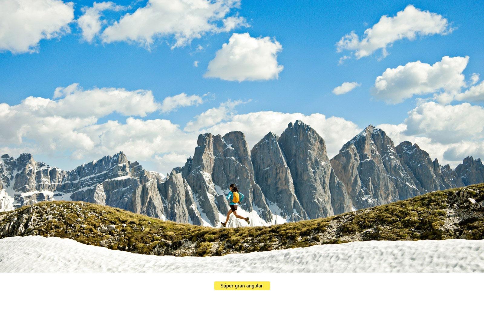 Mujer corriendo en un paisaje montañoso.