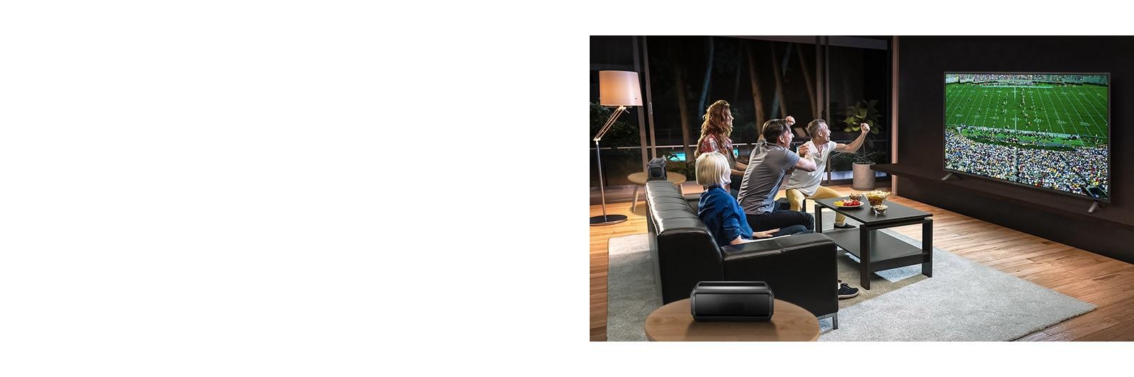 Personas que ven juegos deportivos en la TV en la sala de estar con altavoces traseros Bluetooth.