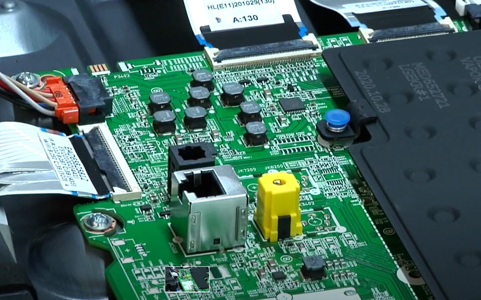 Una pantalla LG OLED con la tarjeta madre descubierta en servicio técnico