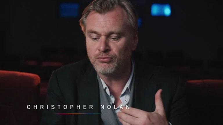 Christopher Nolan ofreciendo una entrevista en una sala de teatro