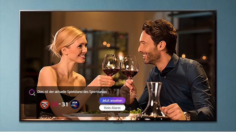 Moški in ženska na televizijskem zaslonu zvenejo z očali, medtem ko se prikazujejo športne novice