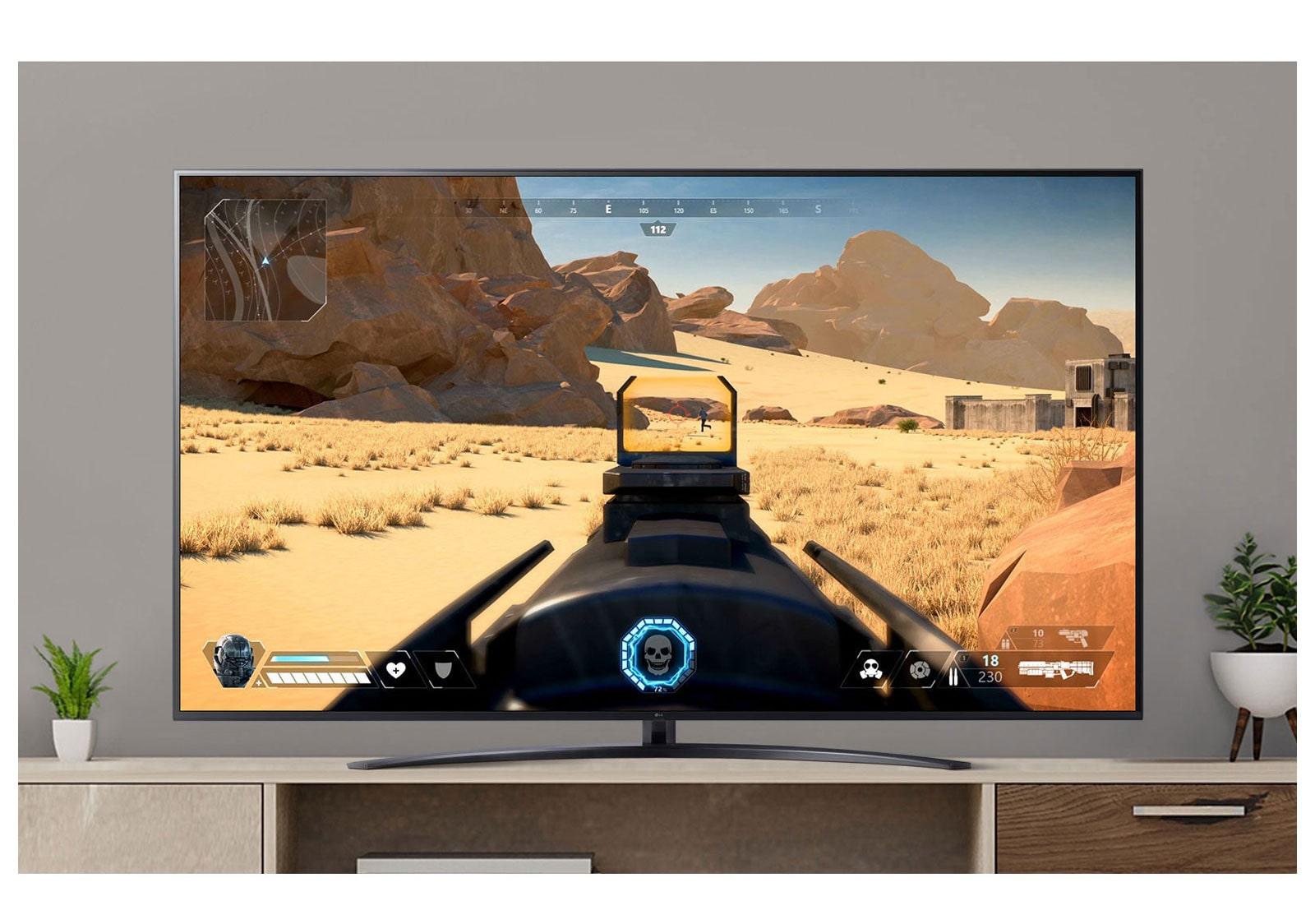 Una pantalla de televisión que reproduce un video de un juego FPS disparando a un enemigo con una pistola. (reproducir el video)