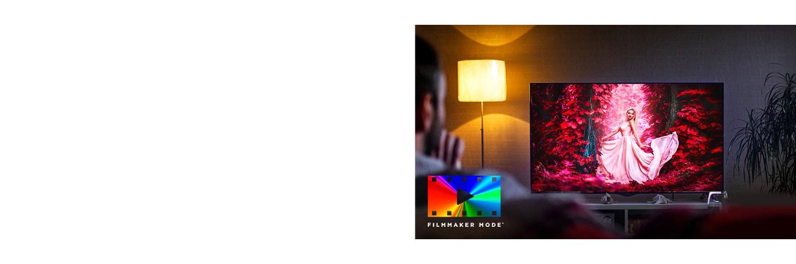 Un hombre está sentado en un sofá viendo una película de acción. La chica en la televisión tiene un arco y una flecha completamente tensos.