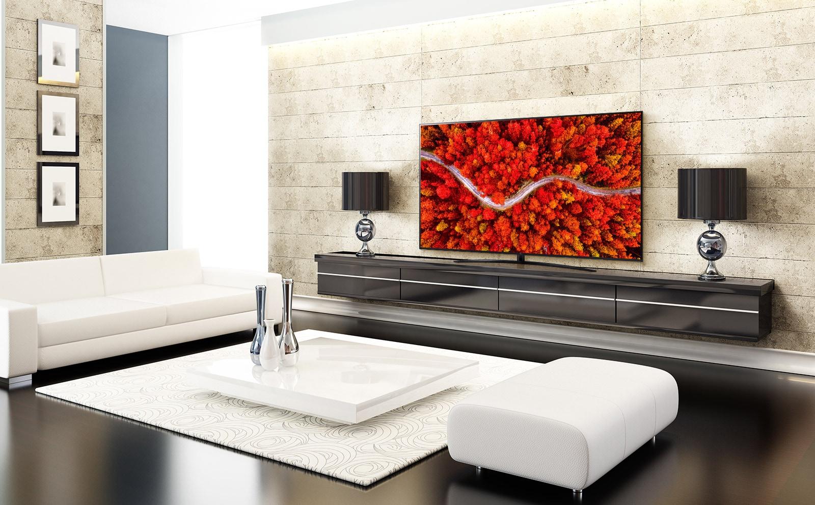 Una sala elegante con un televisor que muestra una vista aérea de los bosques en rojo.