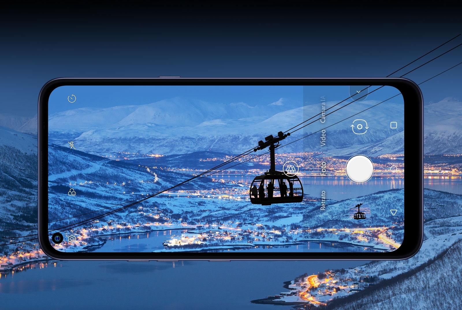 Teléfono inteligente que fotografía un teleférico en la cima de la montaña con una vista agradable