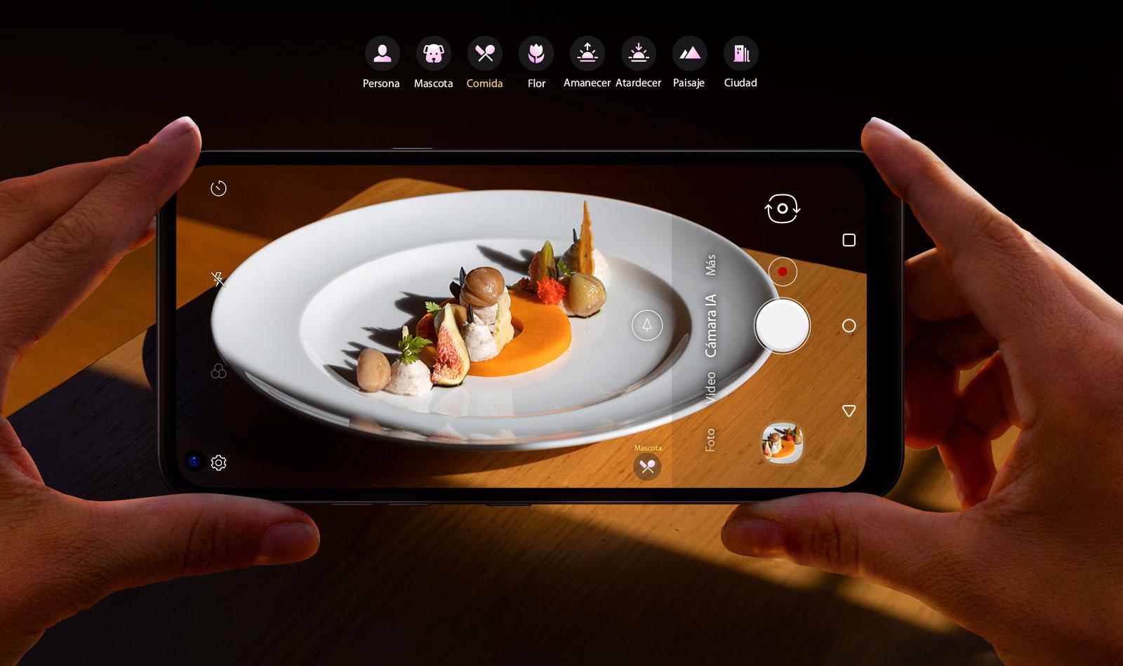 Primer plano de alguien que sostiene un teléfono inteligente que le saca fotos a la comida