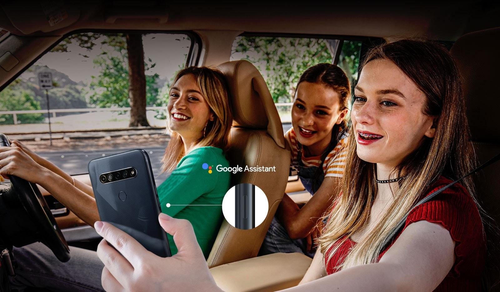 Mujer que busca con su teléfono inteligente en el automóvil con la función de Asistente de Google