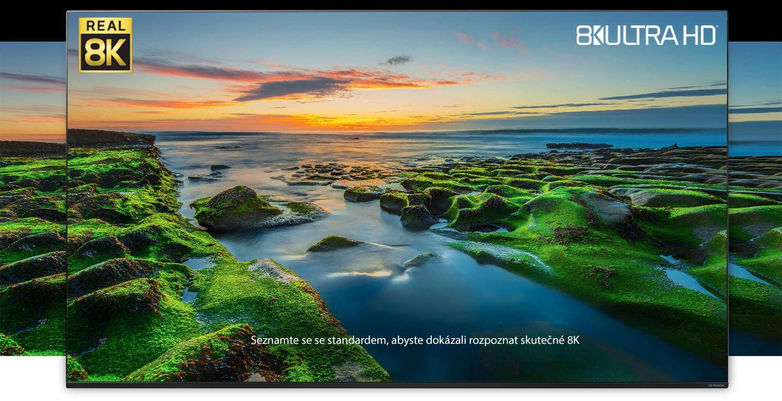 TV obrazovka se širokoúhlým záběrem přírody slogy Real 8K aCTA