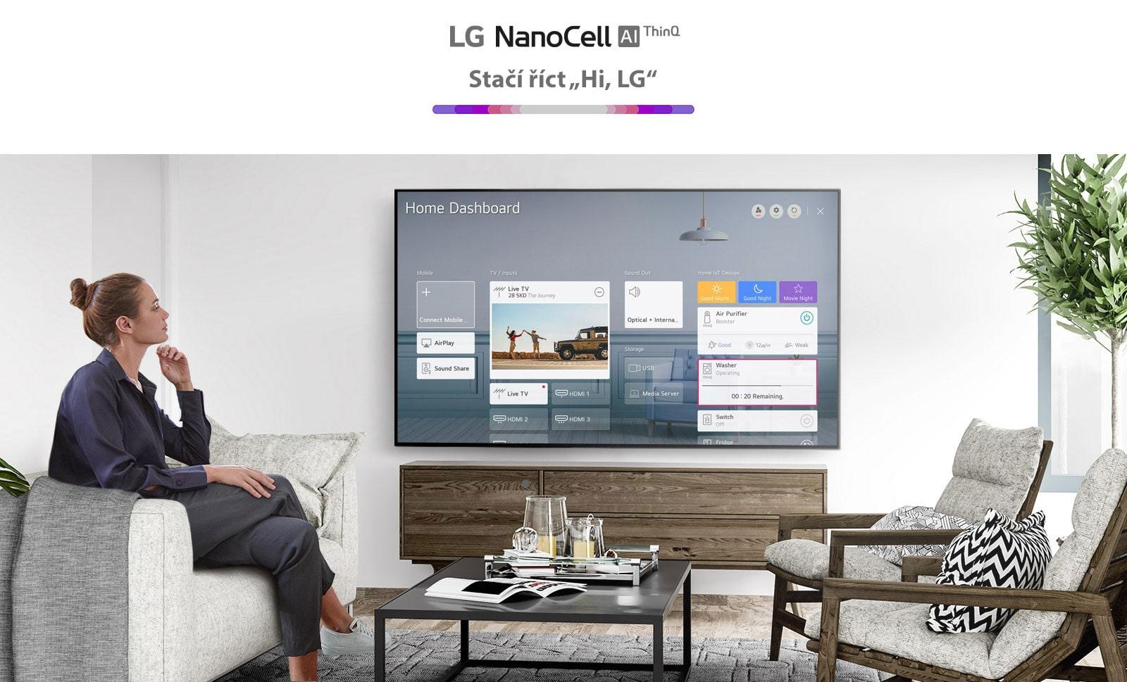 Ženy sedící na pohovce vobývacím pokoji atelevizní obrazovka sfunkcí Home Dashboard