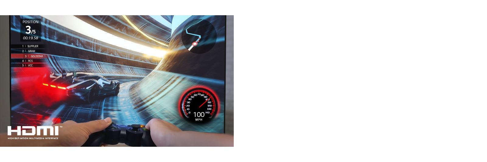 Detailní pohled na hráče hrajícího závodní hru na TV obrazovce