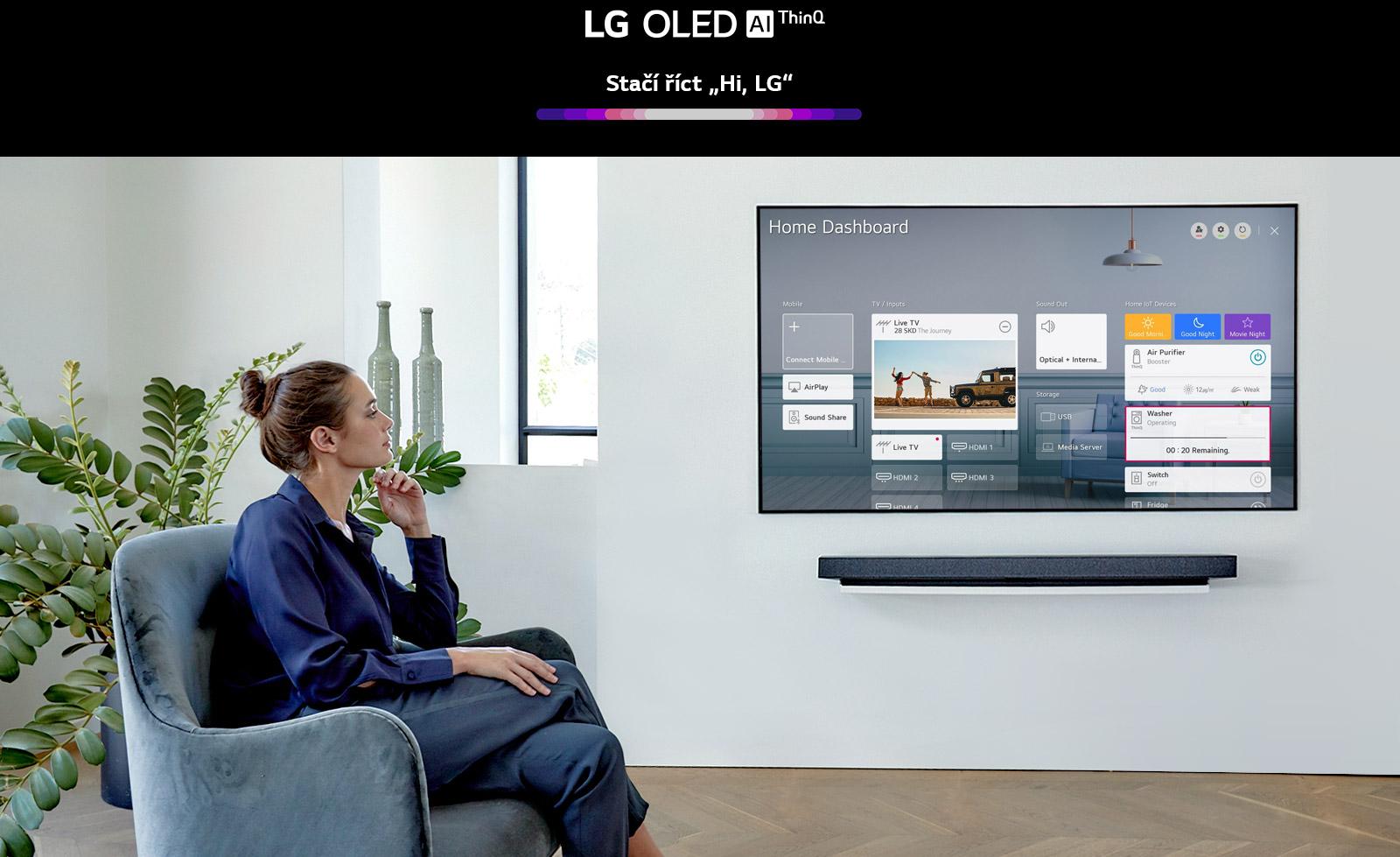 Žena sedící na křesle vobývacím pokoji atelevizní obrazovka sfunkcí Home Dashboard