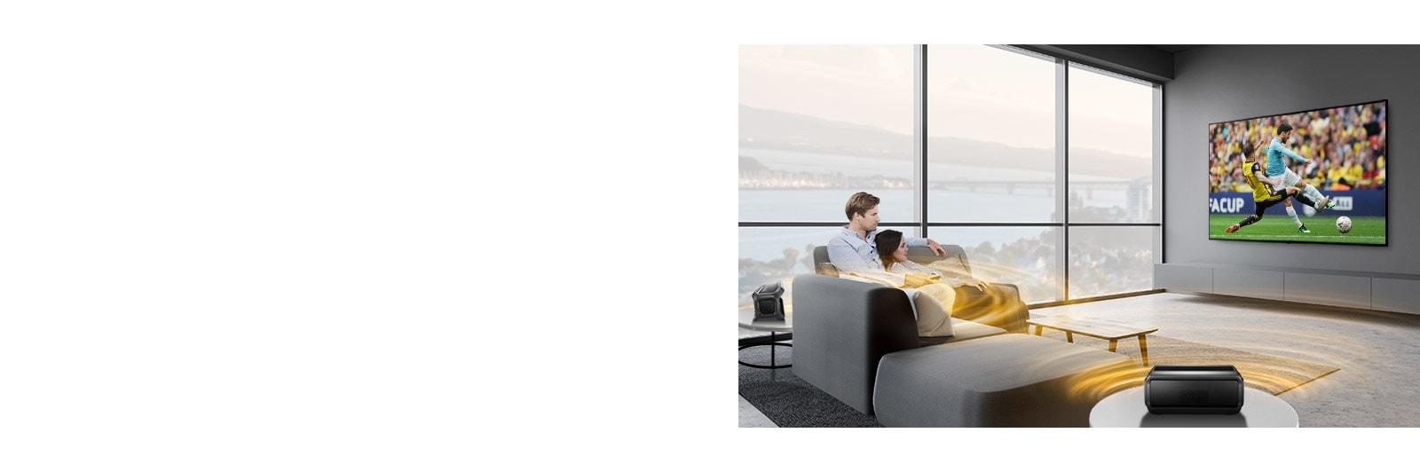 Muž ažena sledující sportovní zápas na televizoru vobývacím pokoji se zadními Bluetooth reproduktory