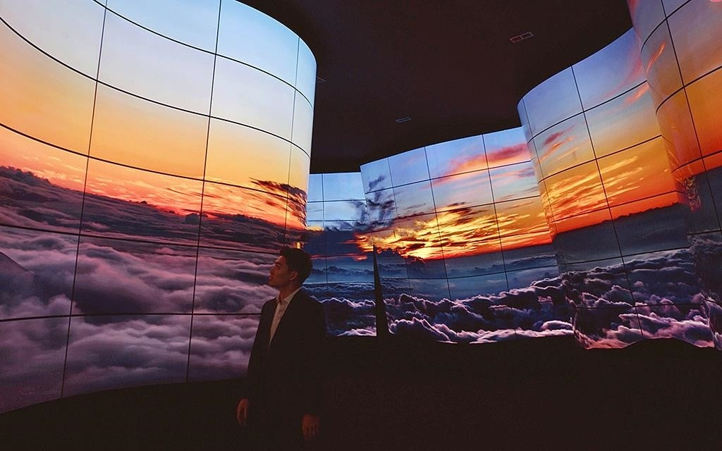 LG presented new lg oled canyon to bring the most stunning oled experience at lg ces 2018 showing Haleakala.