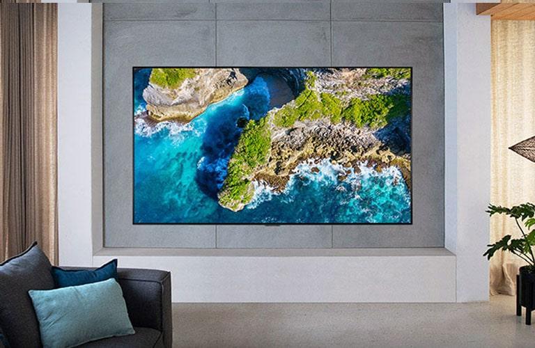 TV con uno scatto naturalistico in una casa con arredi di lusso