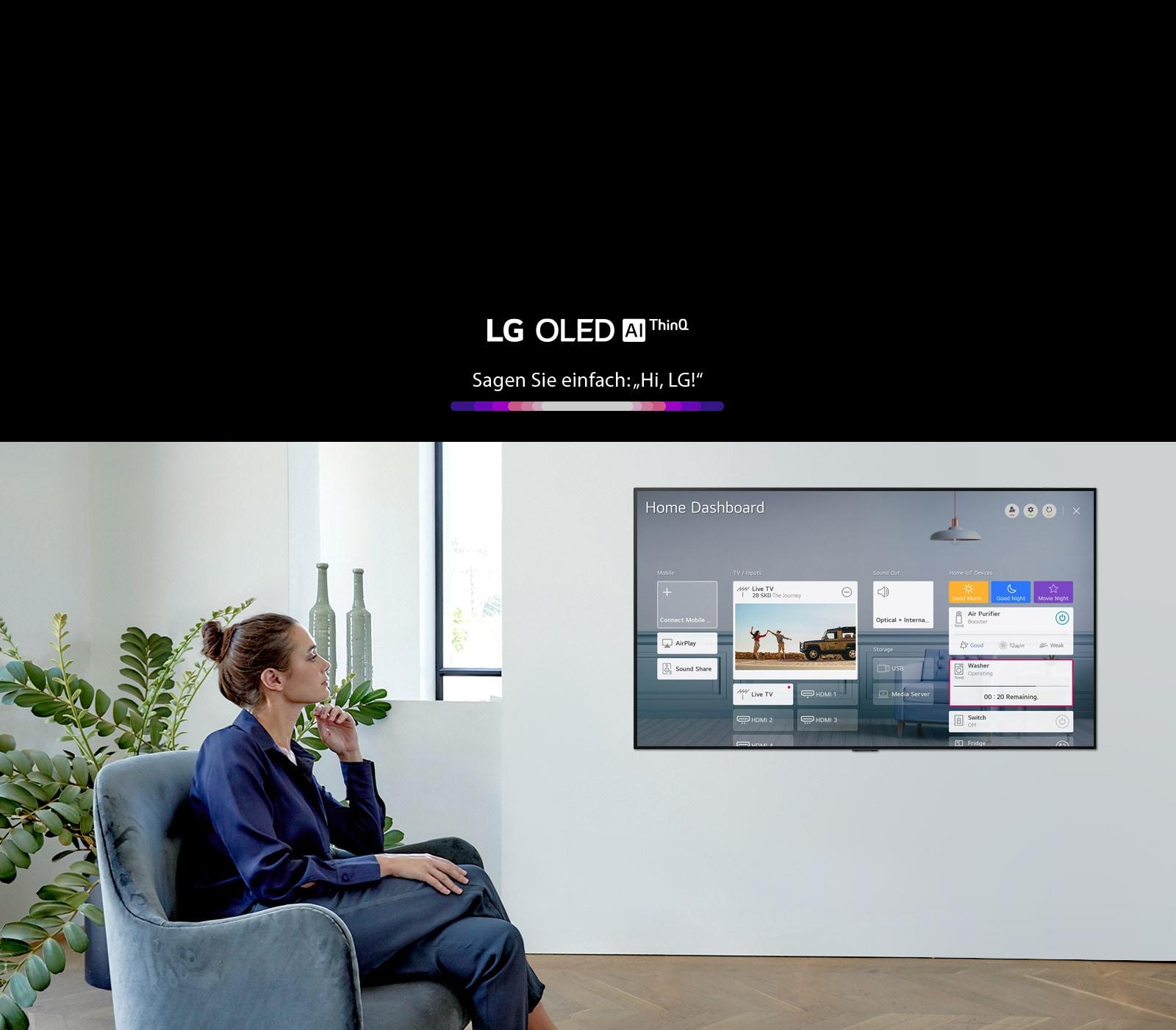 Madre e figlia sono sedute sul divano del soggiorno e il cruscotto di casa viene mostrato sullo schermo della TV.