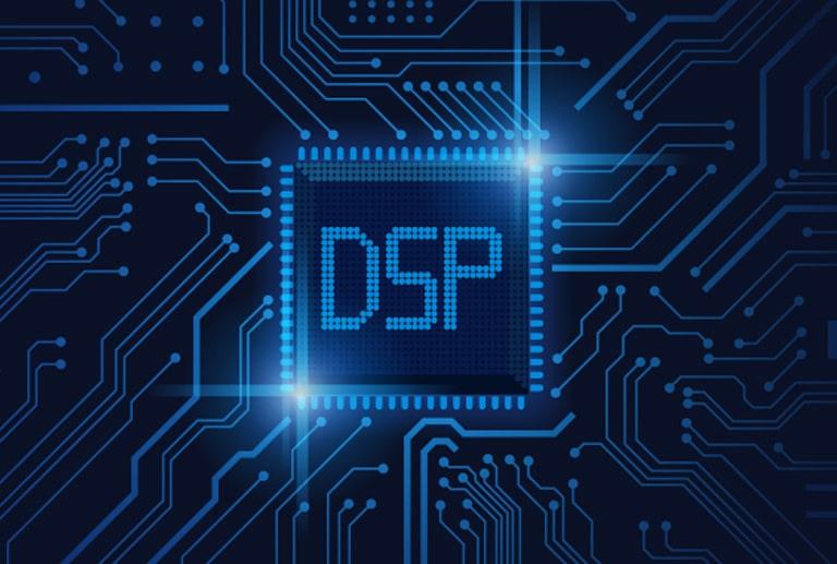 """Ein Bild eines Halbleiterchips mit """"DSP""""-Schriftzug darauf"""