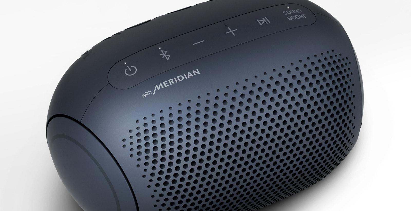 Sobre un fondo blanco, hay un primer plano del logo de Meridian del LG XBOOM Go con iluminación magenta.