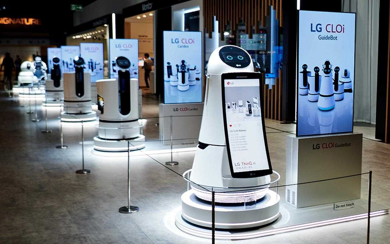 CLOi robots stand to attention at IFA 2018 | More at LG Magazine
