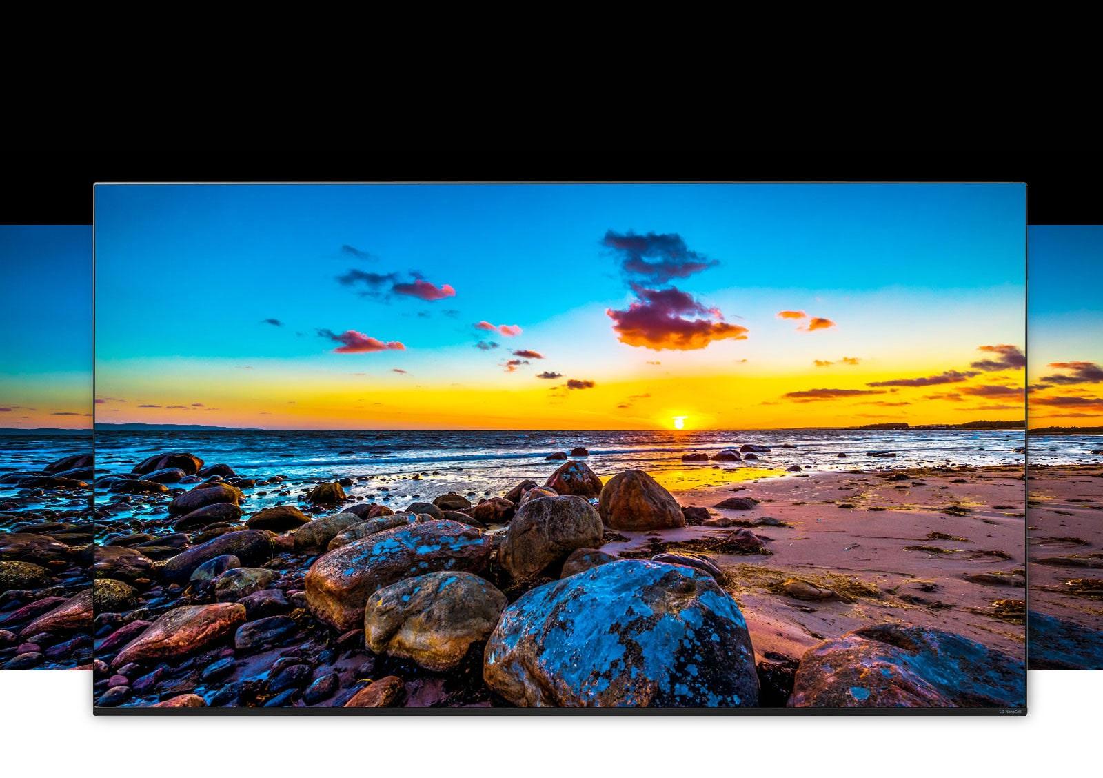 شاشة تلفزيون تتميز بزاوية مشاهدة واسعة تعرض مناظر طبيعية