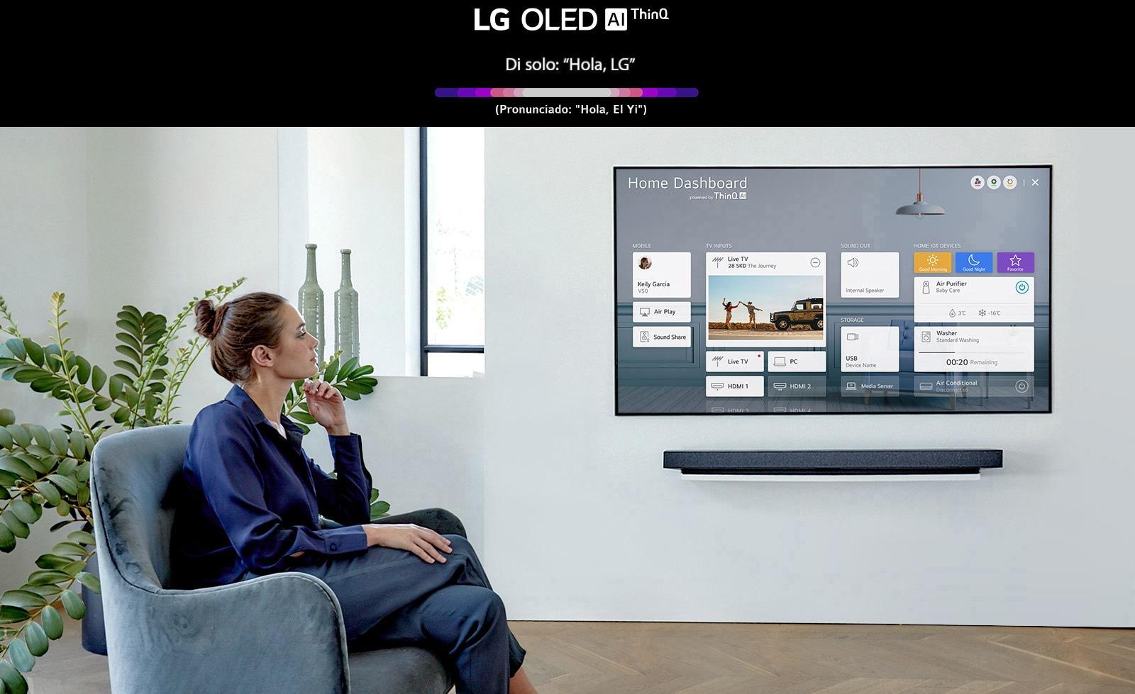 Una mujer sentada en una silla del salón con Home Dashboard en la pantalla del televisor