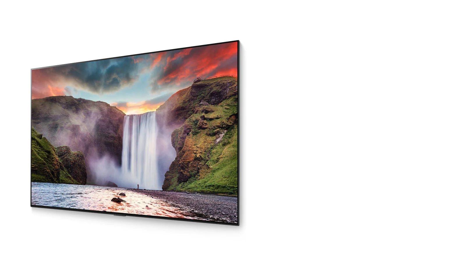 Un TV OLED muestra una cascada espectacular con un bonito paisaje (reproducir el vídeo)