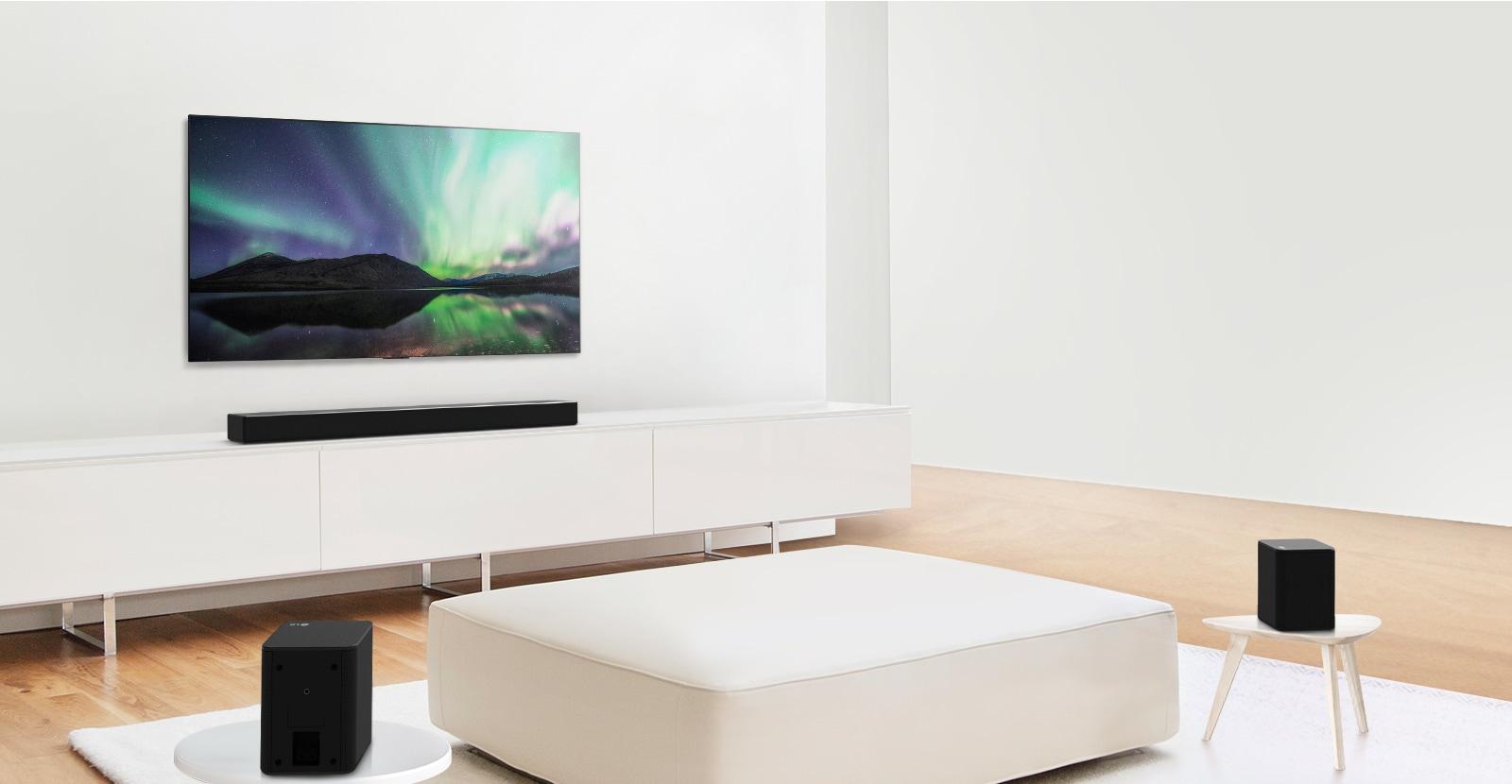 Vista previa del vídeo que muestra la barra de sonido LG en un salón blanco con la configuración de 5.02 canales.
