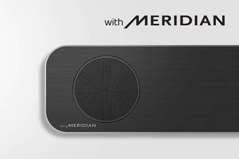 Primer plano del lado izquierdo de la barra de sonido LG con el logo Meridian en la esquina inferior izquierda. El logo de Meridian más grande se muestra encima del producto.