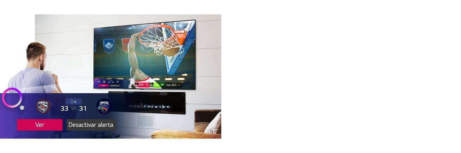 La pantalla de TV muestra una escena de un partido de baloncesto con una alerta de deportes