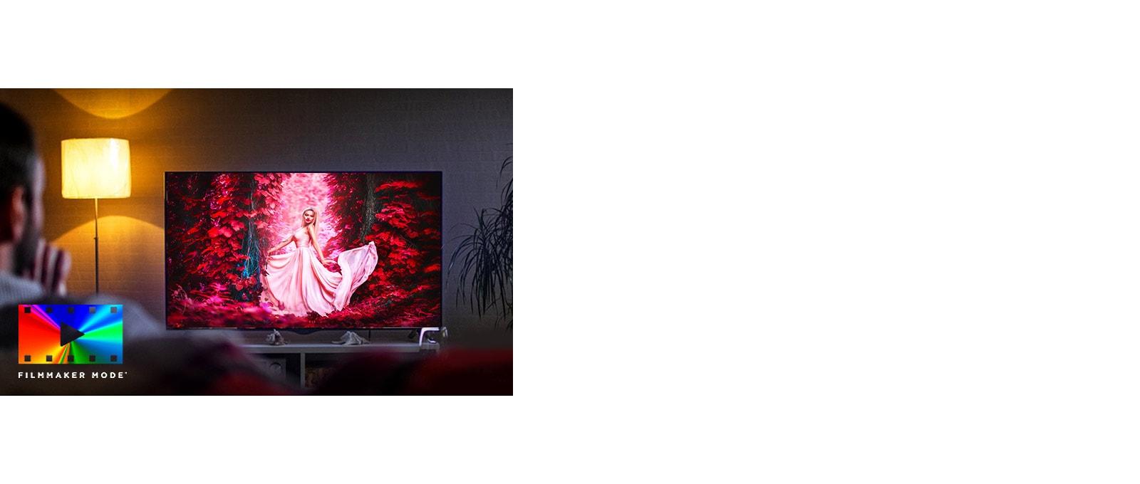 Un hombre sentado en un sofá del salón con una película colorida en la pantalla del TV