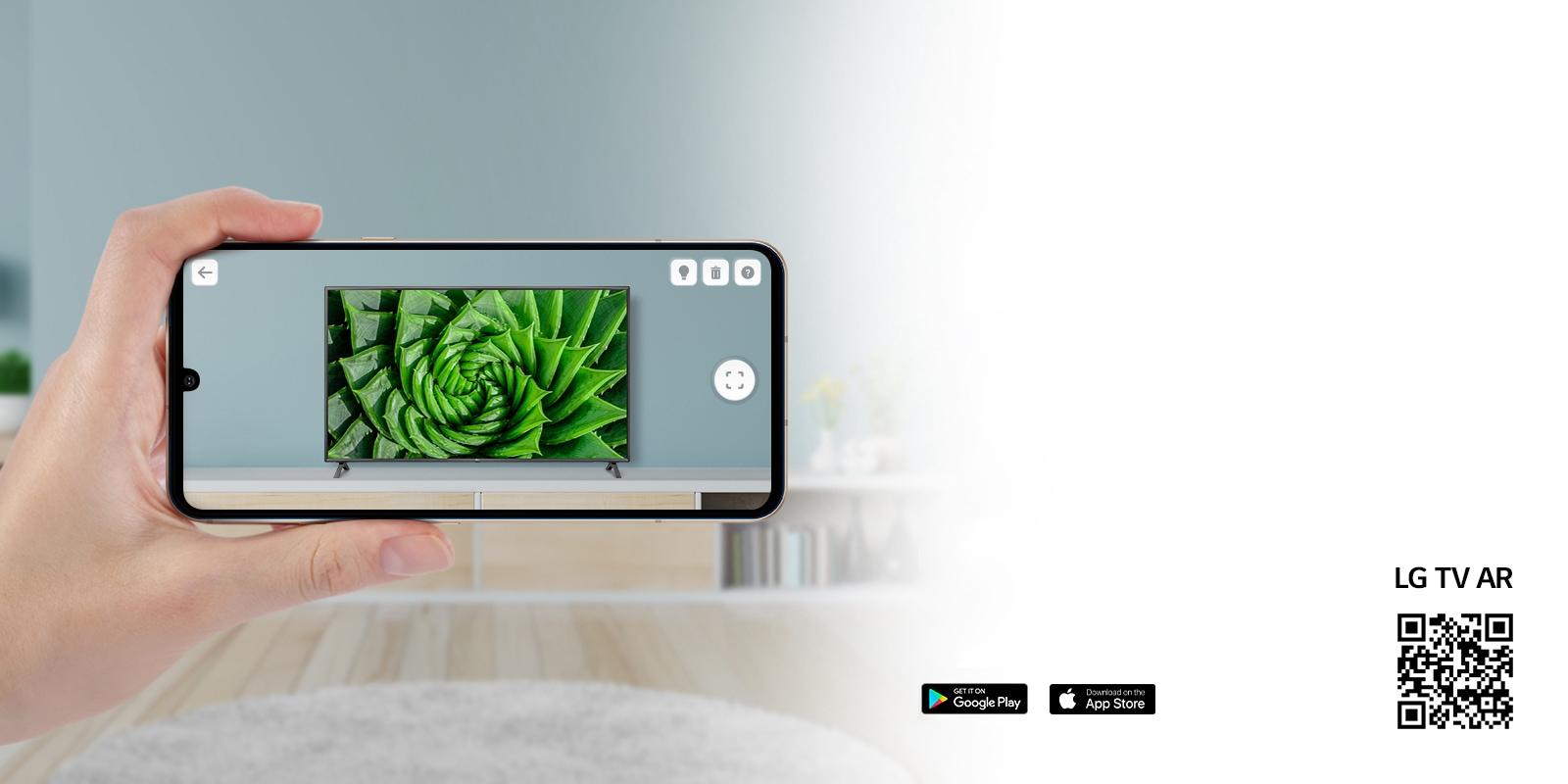 Une personne utilisant l'appli LG TV AR sur un téléphone et un QR code qui dirige vers LG TV AR(http://www.lgtvism.com/lgtvar)