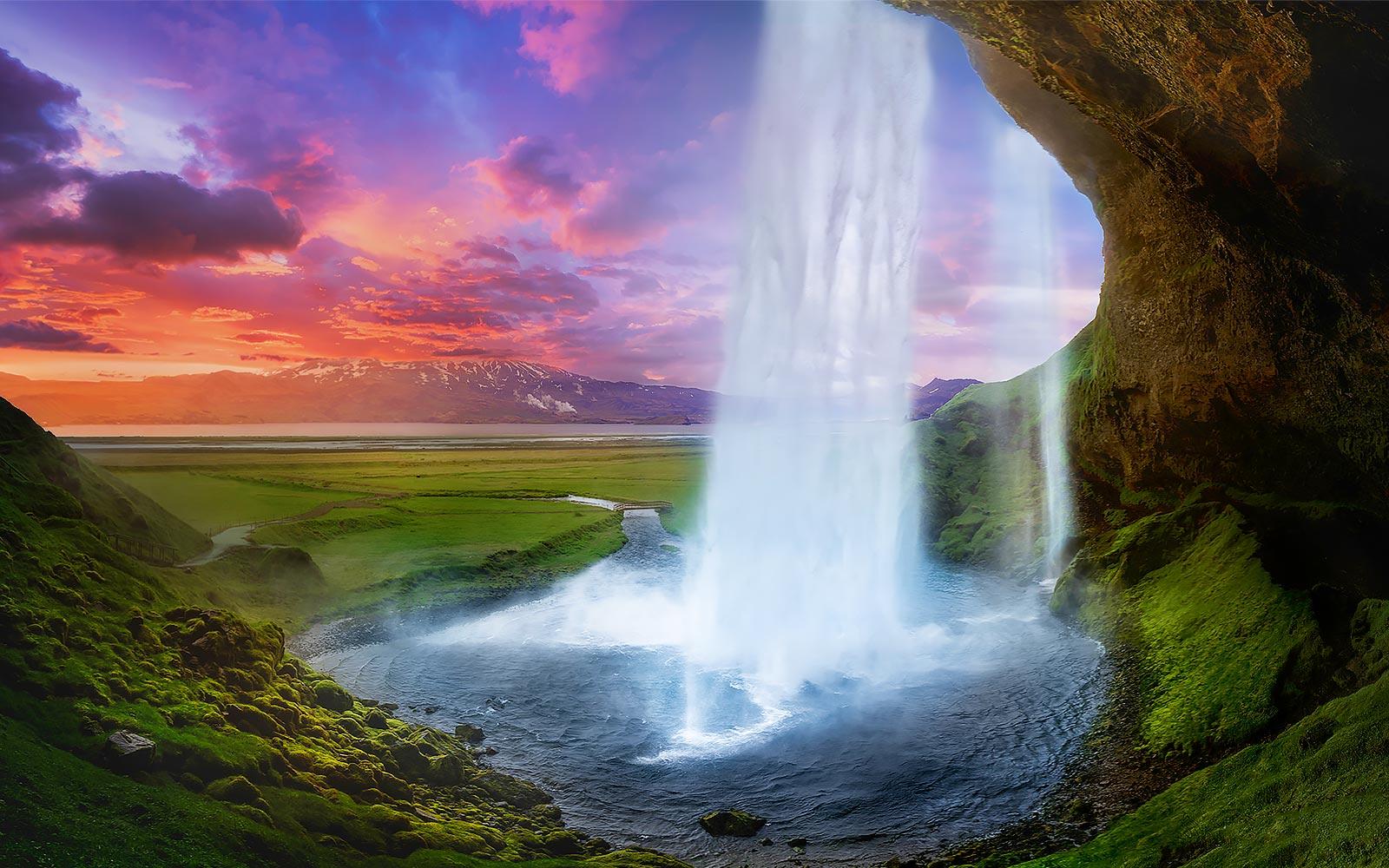 Une cascade au milieu d'un paysage