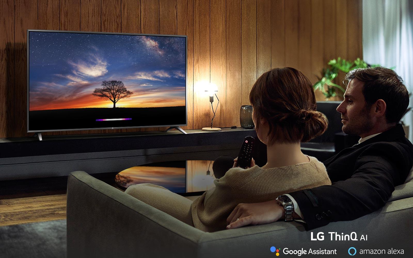 Couple utilise l'intelligence artificielle du téléviseur dans son canapé