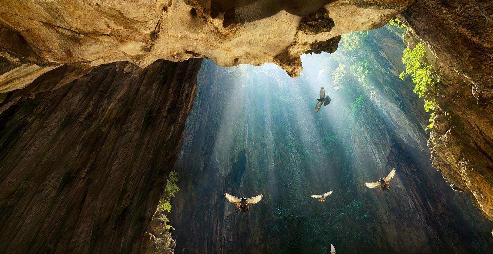 Silhouette dans une grotte avec un ouit de lumière