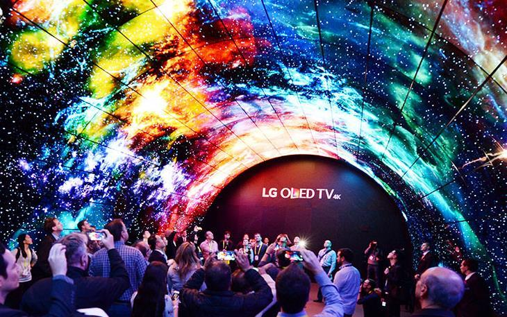 An image of crowd taking photo of LG OLED TV LED tunnel at CES 2017